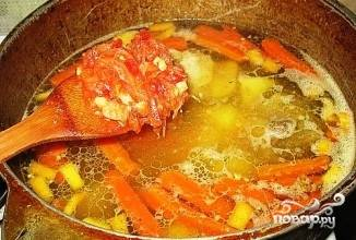 Добавить помидоры, лук. Варить до готовности на медленном огне.