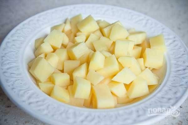 Картофель также нарежьте кубиками.