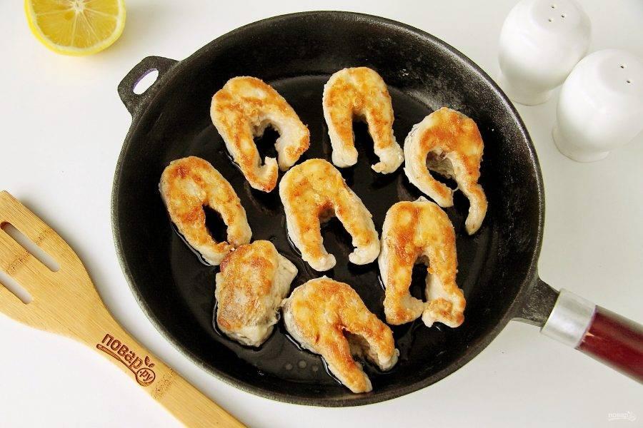 Разогрейте сковороду с растительным маслом и обжарьте кусочки рыбы на среднем огне до румяной корочки, после чего переверните на другую сторону.