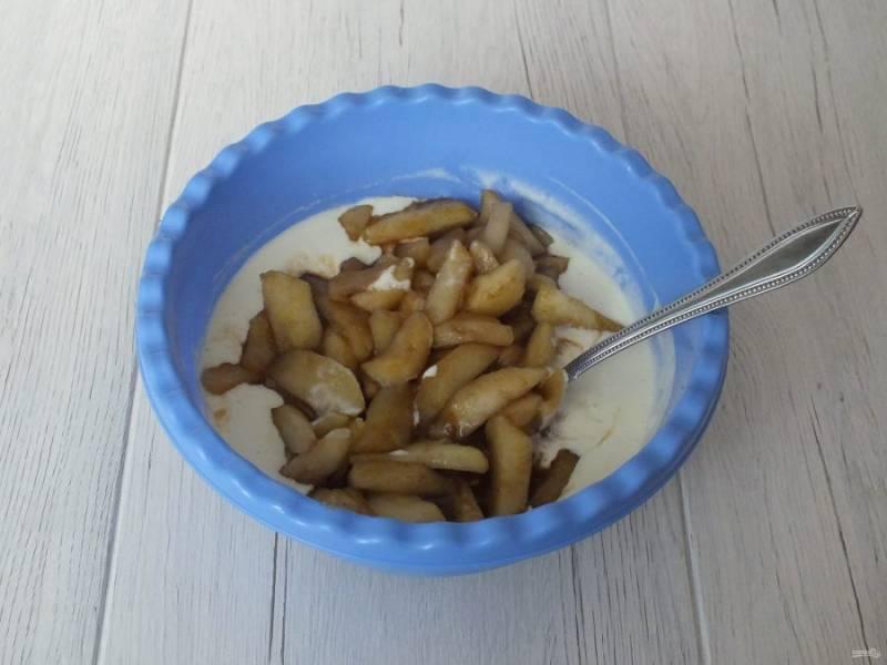 Добавьте яблоки вместе с соком, что выделился при обжаривании.