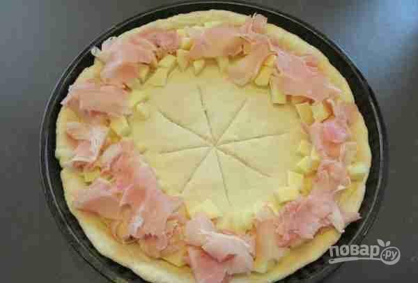 6.Уложите ветчину и сыр, нарезанные кубиками.