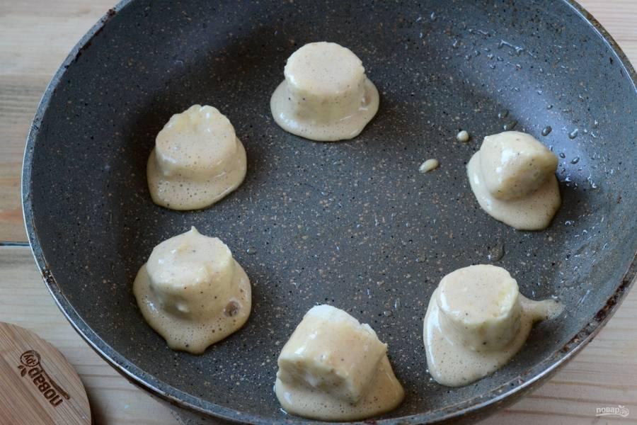 Выложите кусочки банана на хорошо разогретую сковороду, жарьте их с двух сторон до появления золотистого цвета.