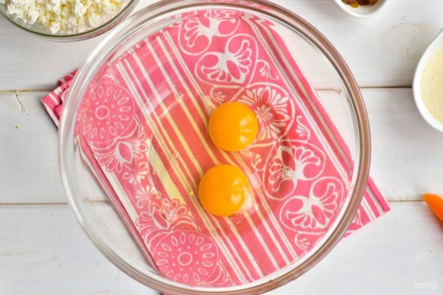 Вбейте куриные яйца в миску.