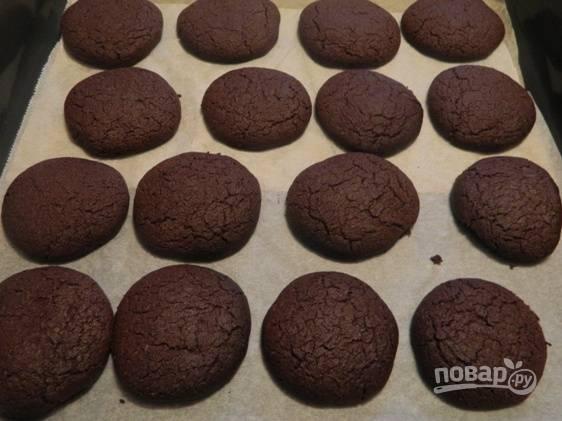 Выпекаем печенье в предварительно разогретой до 180 градусов духовке 10-15 минут. Но обязательно следите за своим печеньем. Времени может понадобиться и меньше.