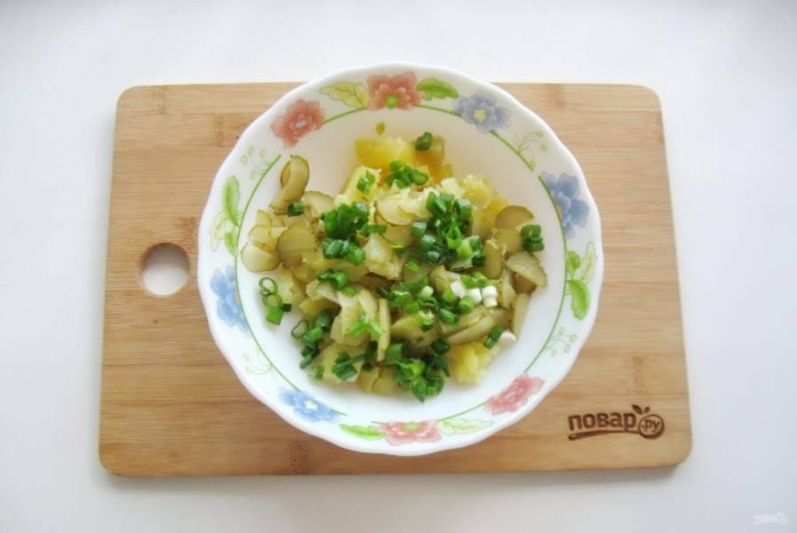 Зеленый лук мелко нарежьте и добавьте в салат.