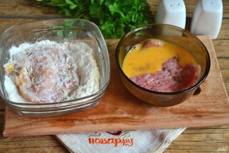 В одной пиале взбейте 2 яйца, а во вторую насыпьте муки. Обмакните каждый кусок мяса сначала в яйцо, а затем в муку.
