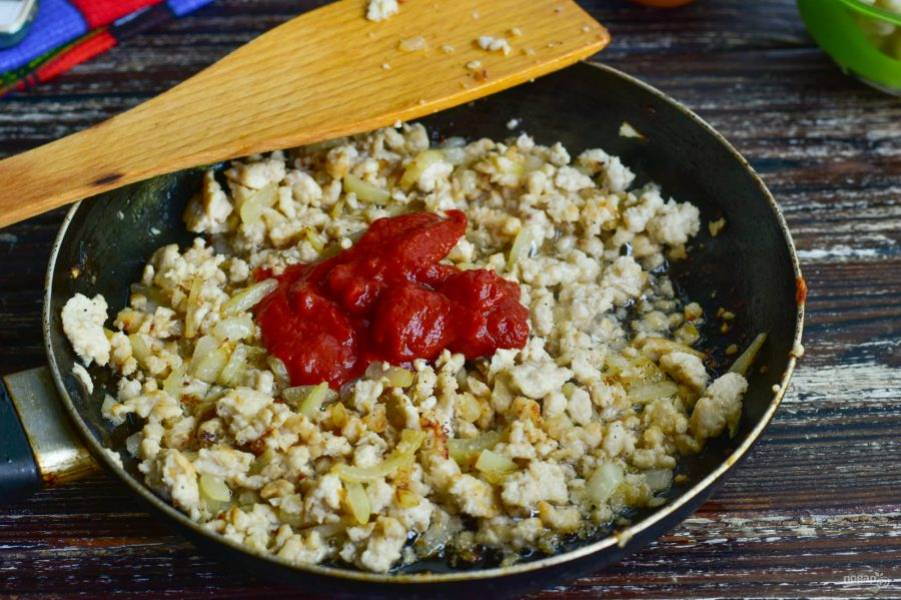 Затем добавьте соль, перец черный молотый, томатную пасту.