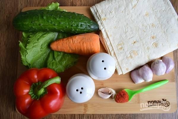 Овощи промойте под холодной водой. Морковь, лук и чеснок очистите.