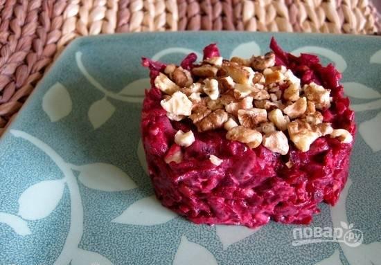 Посолите салат по вкусу. Выложите его в тарелки при помощи кулинарного кольца. Украсьте орехами. Приятной дегустации!