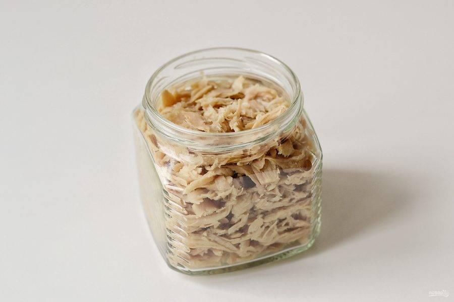 Выложите соевый текстурат в стеклянную баночку. Укладывать нужно неплотно.