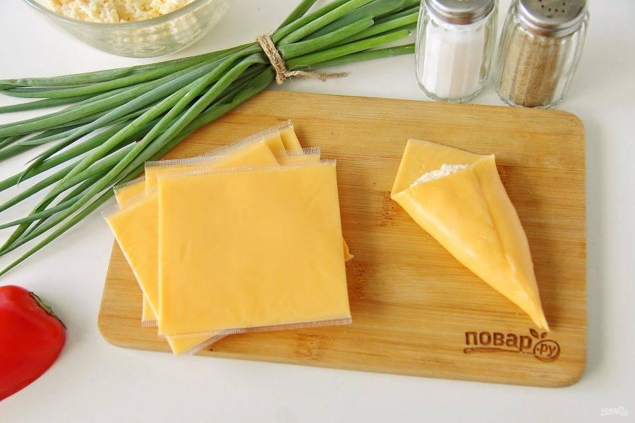 Сверните сыр кулечком. Готовую закуску перекладывайте на тарелку, не складывая друг на друга, чтобы она не слиплась.
