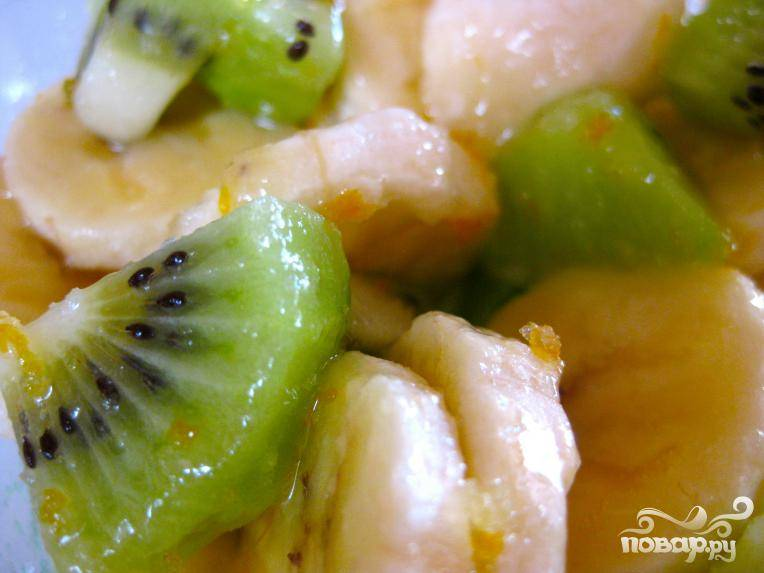 2.Банан, киви, яблоко почистить и порезать на произвольные кусочки.