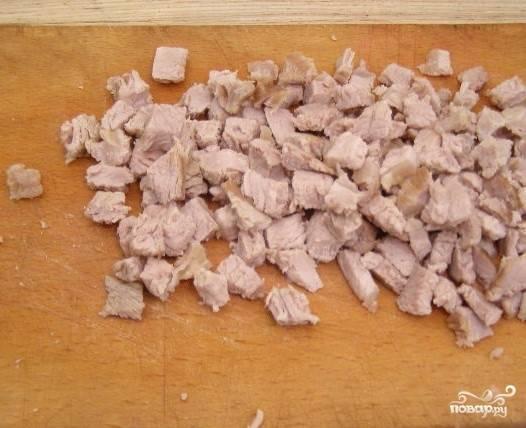 5. Нарежьте мелко сваренную и остывшую свинину.
