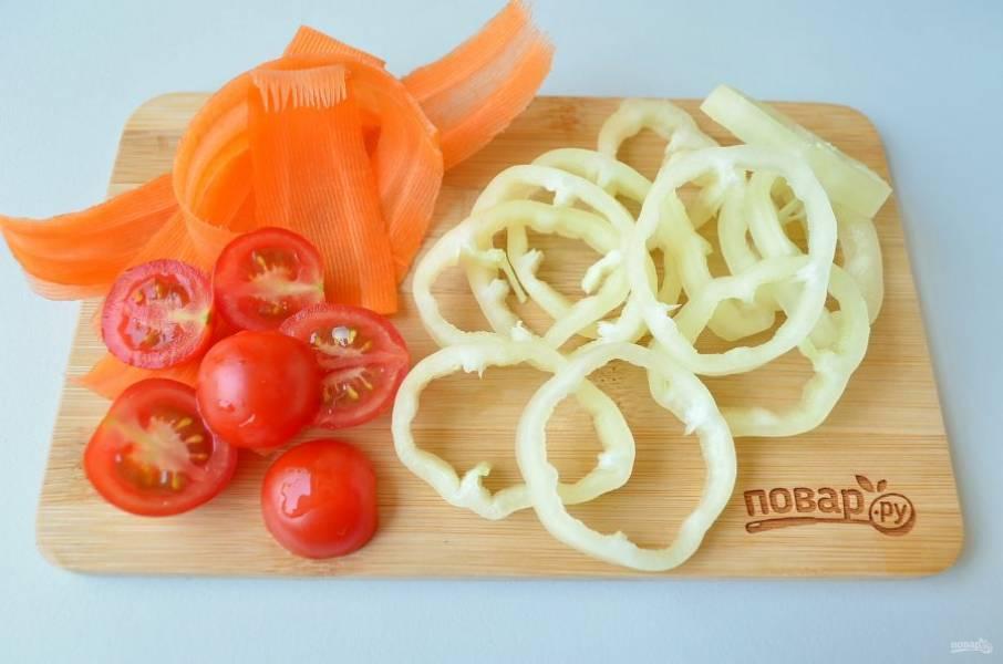 5. Вымойте остальные овощи, порежьте помидоры на половинки, перец болгарский – колечками или полуколечками, морковь – ленточками (я использовала овощерезку).