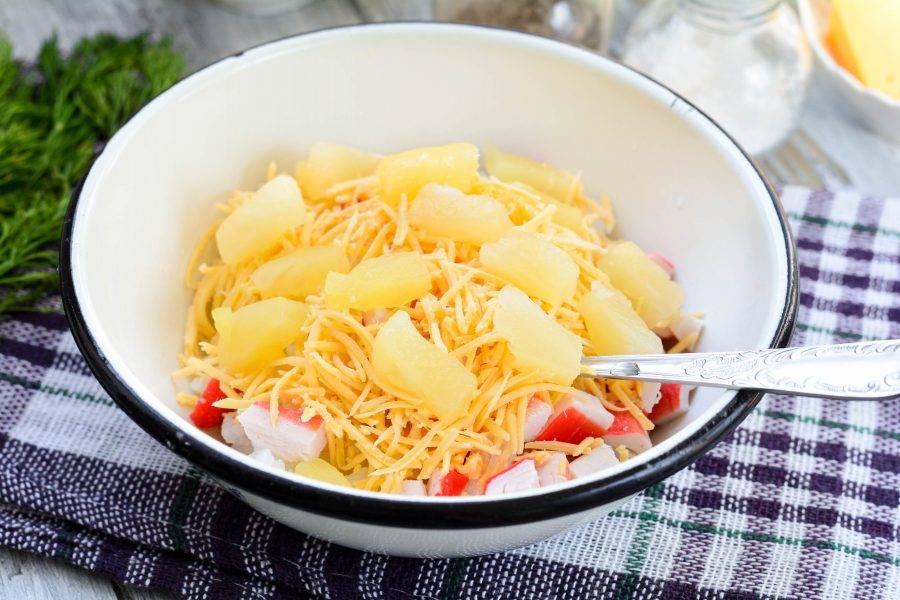 Добавьте кусочки консервированных ананасов.