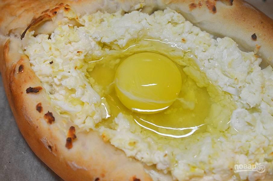 8. Даём настояться минут 10. Смажьте хачапури молоком или желтком. Выпекаем в разогретой до 230 градусов духовке около 20 минут. Затем в углубление аккуратно разбиваем яйцо и возвращаем в духовку.