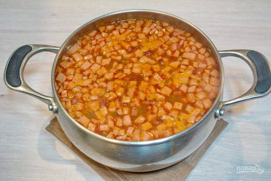9. Из кипящего бульона извлеките отварное мясо птицы. Измельчите его и верните в бульон. Зажарку добавьте в бульон и размешайте. Посолите или добавьте сахара по вкусу. Сахар снизит кислоту солянки.