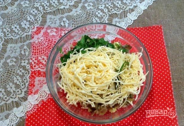 Холодный сырок натрите на крупной тёрке к грибам с зеленью. Перемешайте ингредиенты. Начинка готова!