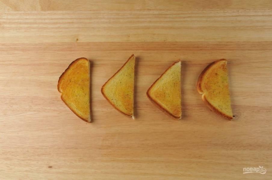 4. В это же время разрежьте хлеб на 4 части. Смажьте каждую маслом, солью и перцем. Запекайте тосты в духовке при 180 градусах в течение 8 минут.