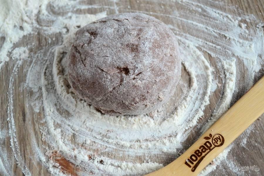 Заверните готовое тесто в пищевую пленку и отправьте в холодильник на 30 минут, а тем временем займитесь приготовлением начинки.
