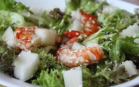 6. Выкладываем поверх салата креветки и посыпаем все кунжутом. Вот так всего за 20 минут можно приготовить полезный и сытный салат.