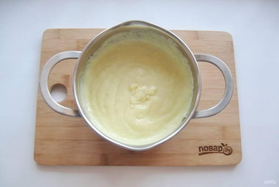 Молоко налейте в кастрюлю, доведите до кипения и влейте смесь желтков, сахара и крахмала. Постоянно перемешивая, доведите крем до загустения. Добавьте ванильный сахар.