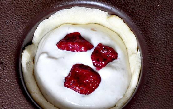 Достаем формочки из морозилки, внутрь кладем фруктово-творожную начинку и клубнику. Выпекаем кексики в духовке 30 минут, температура 180 градусов.