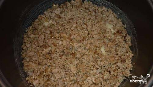 Картофель выложите в смазанную растительным маслом чашу мультиваки, хорошенько утрамбовывая. Фарш обжарьте на сковороде с рубленым репчатым луком до коричневатого оттенка. Выложите фарш вторым слоем поверх картофеля.