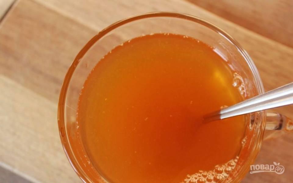 В горячий чай с сахаром влейте апельсиновый сок. Чтобы напиток выглядел при подаче красиво, лучше предварительно процедить апельсиновый фреш, чтобы избавиться от волокон фрукта и остатков его мякоти.