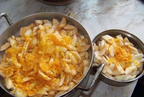 Снимите кожуру с апельсинов и нарежьте ее тонкими полосками. Кожуру кладем к яблокам в кастрюлю.