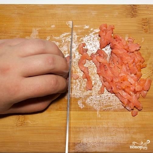 Красную рыбу (у меня была семга) нарезаем поперек волокон на небольшие кусочки.