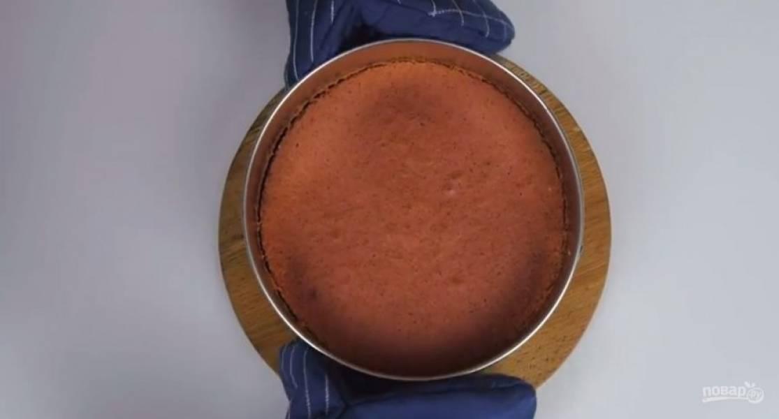 6.  Распределите тесто по форме и отправьте в разогретую до 160 градусов духовку на 30 минут. Оставьте корж в форме на 15 минут, после чего полностью остудите на решетке. Воду соедините с клубничным пюре и сахаром.
