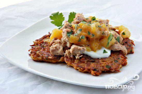 Куриные грудки с картофельными оладьями и чатни