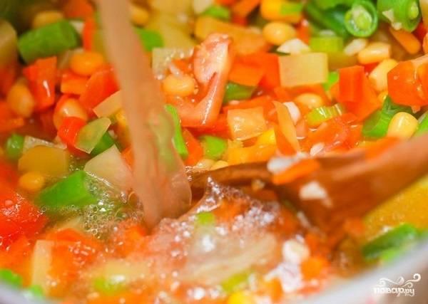 8. Следом выложите картофель и влейте воду или бульон. Доведите до кипения, посолите и добавьте специи по вкусу.