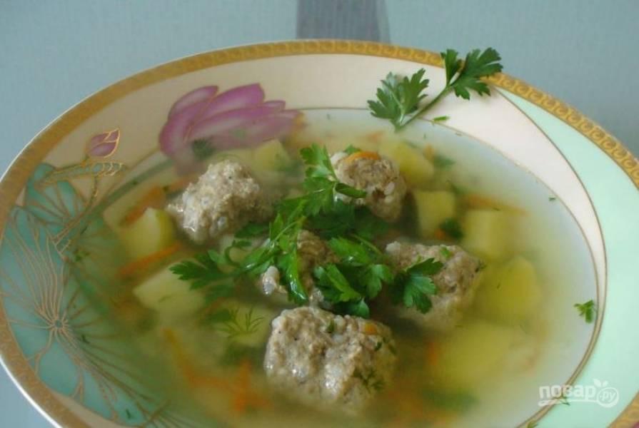 Дайте супу настояться под крышкой полчаса. Разлейте его по тарелкам, украсив веточками петрушки. По желанию можно подать к супу сметану или сухарики.