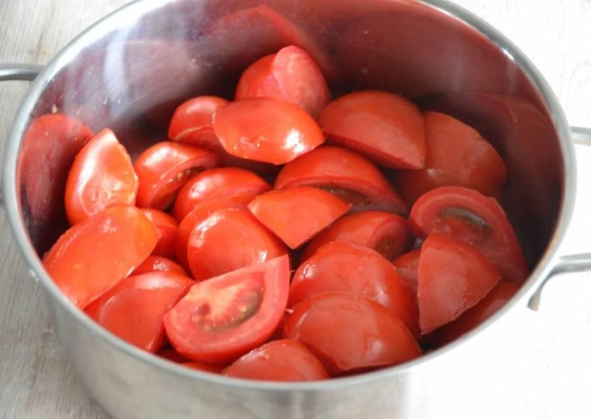 Нарежьте помидоры четвертинками, удалив предварительно плодоножку, сложите в кастрюлю с толстым дном и потушите на небольшом огне до размягчения.