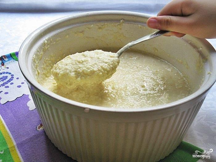 2.Масло предварительно вынимаем из холодильника, чтобы оно было мягкое (можно использовать маргарин). Разламываем его вилкой и добавляем к творогу, яйцам и сахару. Яблоки натираем на терке и отправляем к остальным ингредиентам, добавляем муку, разрыхлитель и крахмал. Все тщательно перемешиваем.