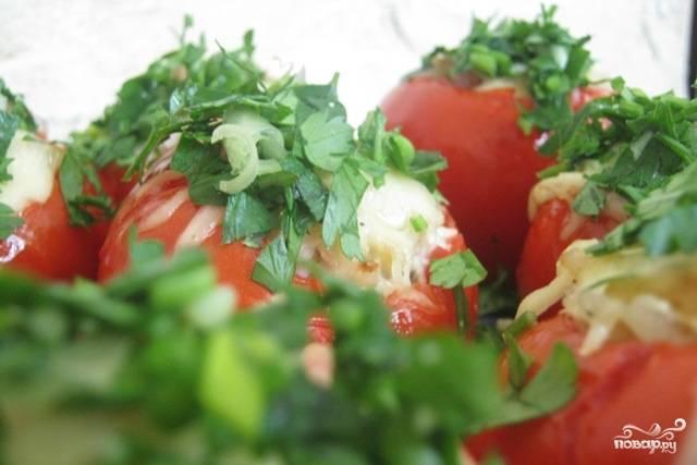 6. Получившейся начинкой аккуратно нафаршироваровать помидоры.