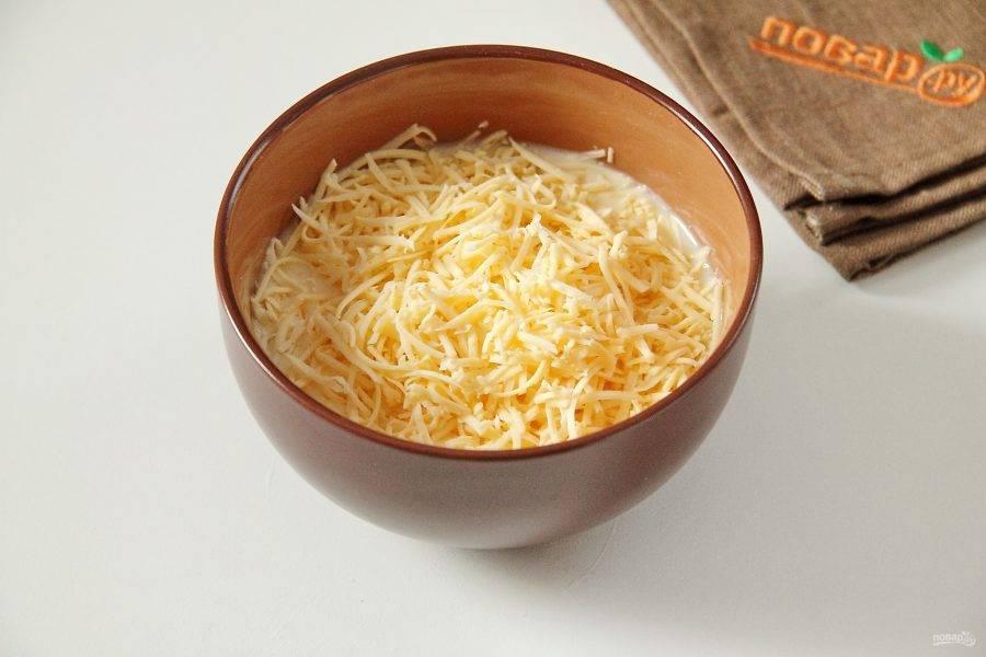 5. Соедините сливки и яйца. Взбейте, добавьте соль по вкусу и тертый сыр. Заливка для пирога готова.