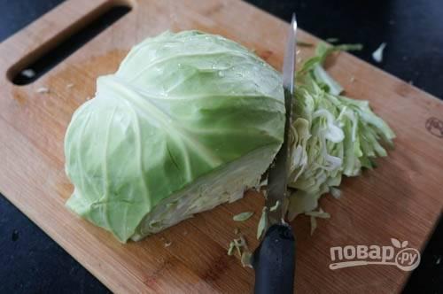 2. Вымойте, обсушите и нашинкуйте мелко капусту.