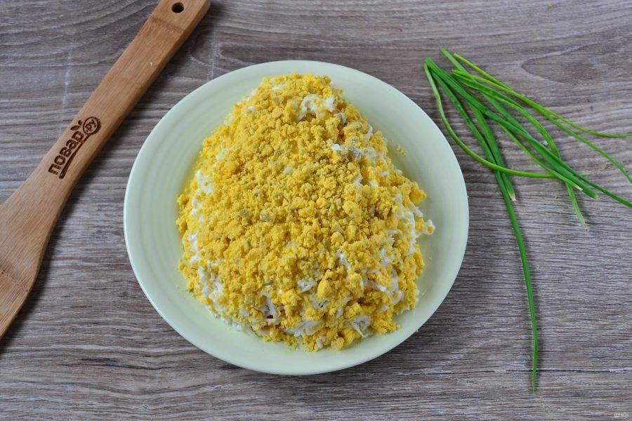 6. Желтки перетрите в крошку, присыпьте ими салат.