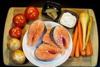 1. Овощи моем, чистим, а рыбу размораживаем, и нарезаем порционными кусочками.