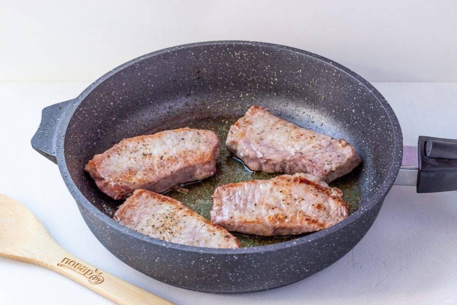 Обжарьте стейки в оливковом масле на сильном огне. Переворачивайте 2-3 раза. Степень готовности смотрите на свой вкус!