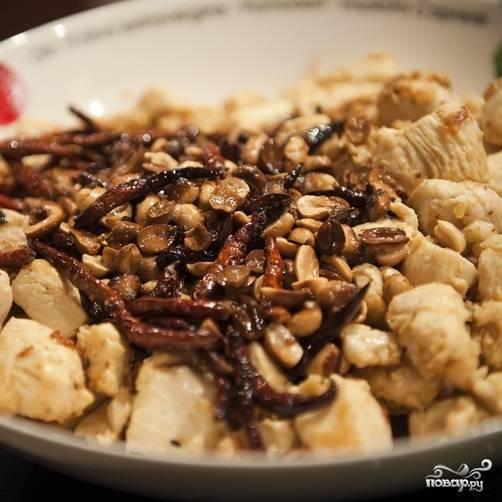 9. Обжаренные арахис с чили переложите в тарелку к жареному куриному филе.