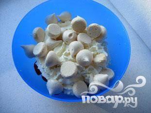 Сделать взбитые сливки из сливок и ванильного сахара.   Добавить клубнику и безе в миску.