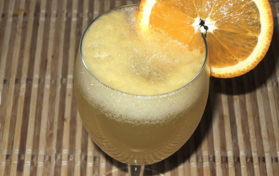 Наполняем бокалы или стаканы на 1/3 апельсиновым соком с сахаром. Доливаем до верху минералку. Пейте напиток охлажденным, на здоровье!