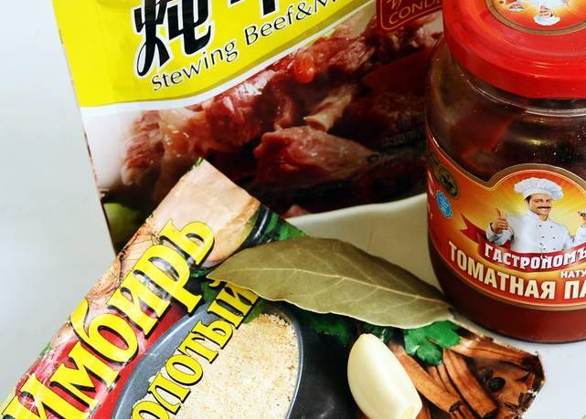 Подготовьте два зубчика чеснока и другие приправы. С грибной солянкой отлично сочетается имбирь и томатная паста.