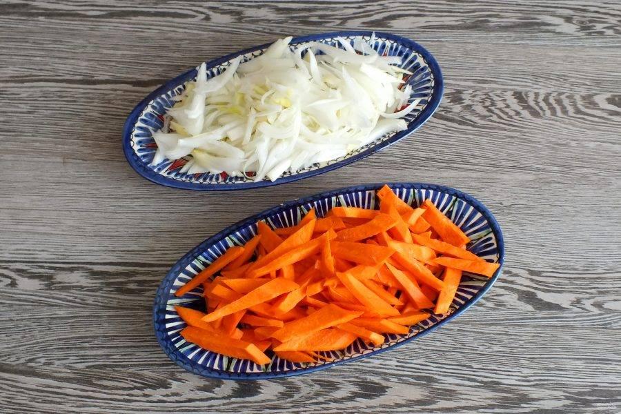 Подготовьте овощи. Нарезка может быть произвольной, но крупной. Лук нарежьте перьями, морковь крупной соломкой.