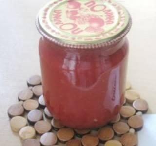 4. Горячий морс нужно разлить в стерилизованные банки и закатать. Я обычно переворачиваю дном к верху и укутываю. Так они стоят одни сутки. Лучше хранить заправку в погребе, но и в кладовке она сохраняется неплохо. Из трех килограммов томатов у меня получается 6 баночек 0,5л.