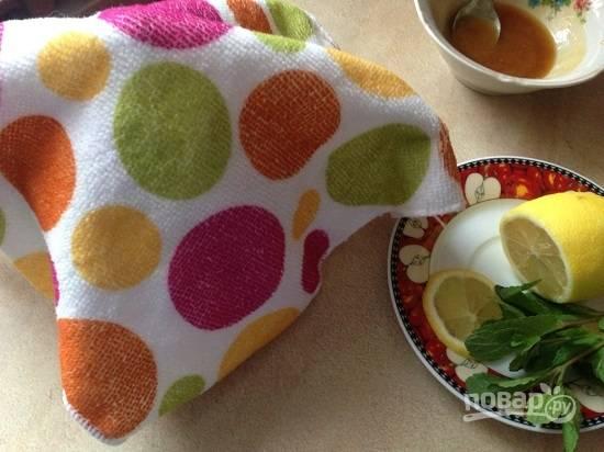 И накрываем заварочный чайник толстой салфеткой. Можно заварить чай в термосе.